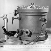 Millikan's_oil-drop_apparatus_1