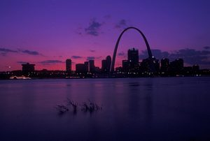 ic0365 st louis gateway arch mo missouri view of the gateway arch and downtown skyline of saint louis along the mississippi river at sunset